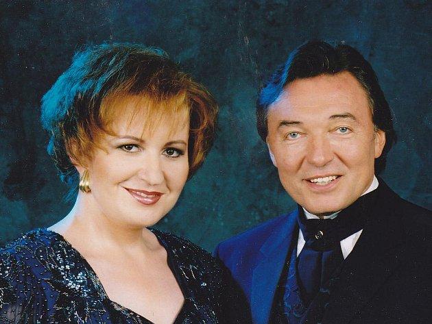 Eva Urbanová a Karel Gott na snímku z roku 1998