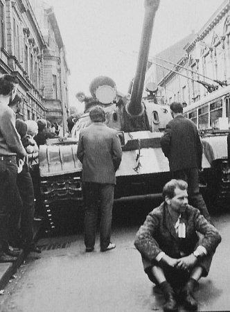 Někteří byli na protest proti vstupu vojsk Varšavské smlouvy ochotni položit iživot, jiní udávali, donášeli a zrazovali.