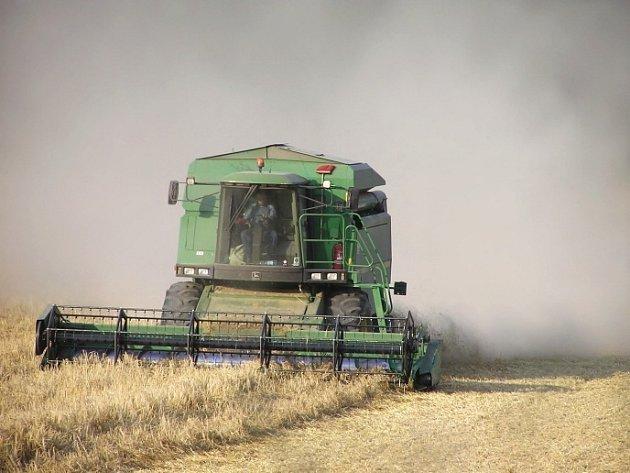Požár způsobil kombajn, kterému se při sklizni pšenice zadřela ložiska na drtiči slámy.