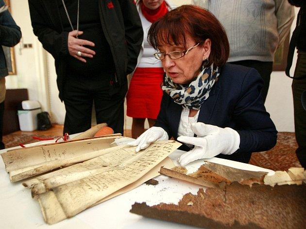 Ředitelka ostravského městského archivu Blažena Przybylová na archivním snímku z roku 2015, kdy objevili stavebníci v jižní věži Katedrály Božského Spasitele v Ostravě archivní listiny datované do roku 1888.