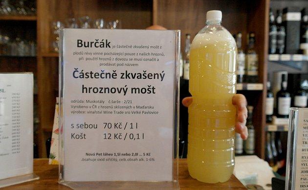 Burčáková sezona je sice tady, ale vreálu to zatím znamená takzvaný částečně zkvašený hroznový mošt, hlavně zMaďarska.