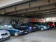 Černé parkoviště v centru Ostravy v Porážkové ulici má město v úmyslu uzavřít.