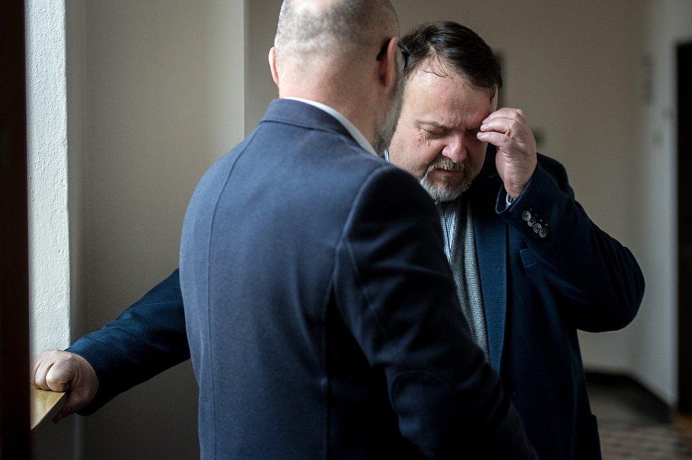 Daneš Zátorský (vpravo) u Krajského soudu v Ostravě, který je spolu s Davidem Rusňákem 31. ledna 2019 zprostil obžaloby z podílu na vytunelování ostravské záložny Unibon.