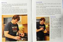 TŘI TRIKA A ŽÁDNÉ JÍDLO. Lumír Palyza v ostravské kuchařce ukázal lidem, že je v kuchyni jako doma. K receptům pózoval ve třech různých tričkách, hotové jídlo však neukázal na žádném ze sedmnácti svých snímků.
