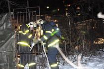 V chatce v Ostravě-Přívoze uhořeli čtyři bezdomovci. Požár uhasili až hasiči.