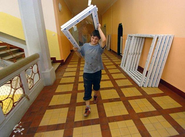 Základní škola v Radvanicích má nová okna
