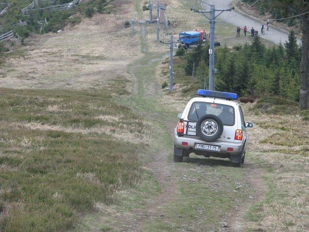 Policejní adrenalin: sjezdovka na Lysé zdolaná terénním autem