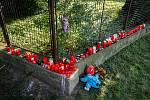 Blízko panelového domu v Bohumíně vzniklo pietní místo. Snímek z 9. srpna 2020, den po požáru bytu v jedenáctém patře, při kterém zahynulo 11 lidí.