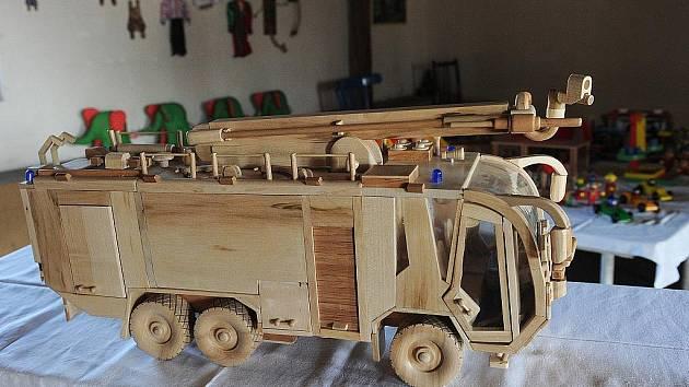 V těchto dnech v galerii Mlejn v Ostravě-Přívoze svá díla – dřevěné modely, hračky ale také obrazy a keramiku - vystavují odsouzení lidé z vazební věznice v Ostravě a věznic z Heřmanic, Karviné a Opavy.
