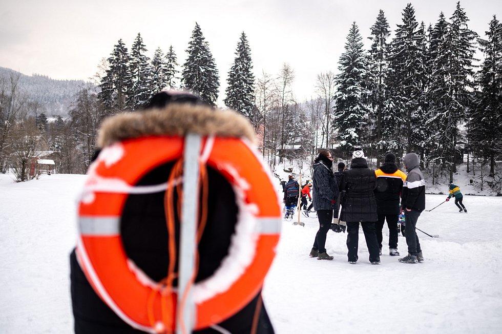 Bruslaři na zamrzlé přehradě a rybníku. 13. února 2021 v Beskydech. Horní Bečva a Zavadilka.