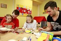 Zpěvák Marek Ztracený v Ostravě potěšil děti hospitalizované ve vítkovické nemocnici. Vymaloval si s nimi panenky.