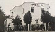 O první krčmě v Krásném Poli se vědělo už v polovině 18. století. V pořadí čtvrtý hostinec v obci – U Strakošů – založil u železniční zastávky v roce 1929 Evžen Strakoš