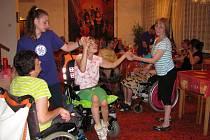 POJEDOU zdravotně postižení speciálním autobusem pro vozíčkáře do Dubovic na Pelhřimovsku?