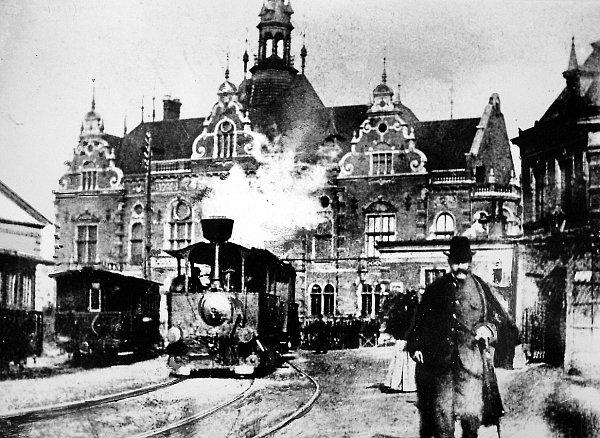 Typický obrázek ostravských ulic zpočátku 20.století. Malá parní lokomotiva tahala tramvajové vozy městské dopravy.