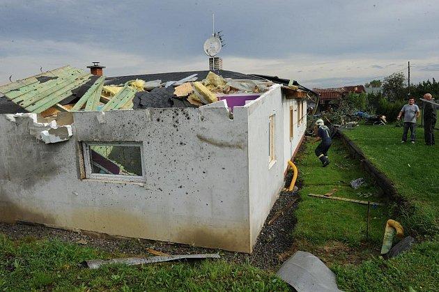 Vratimovem se vpátek dopoledne přehnalo tornádo, které poškodilo několik domů.