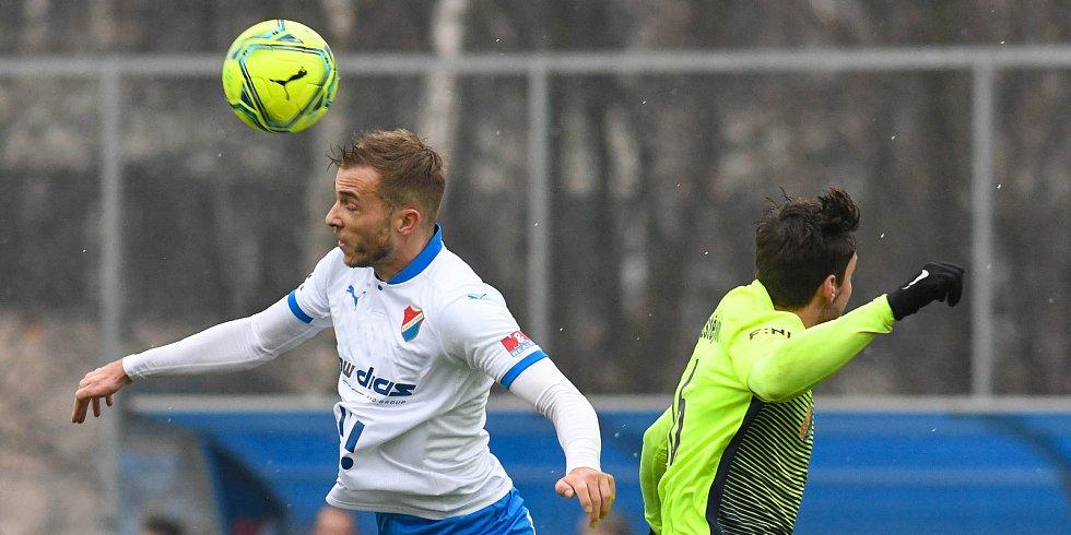 Fotbalisté Baníku Ostrava prohráli přípravné utkání s druholigovým Prostějovem 0:1. (6. ledna 2021, Ostrava). Na snímku vlevo Nemanja Kuzmanovič.