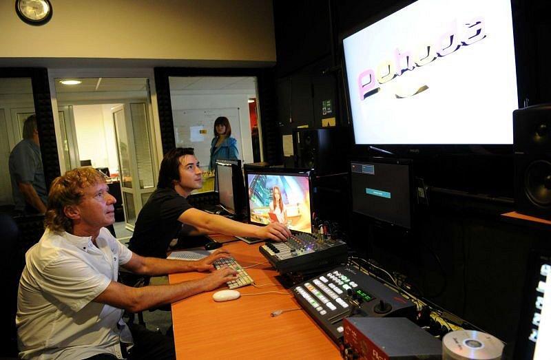 Radim Pařízek při zkušebním vysílání nové televizní stanice Pohoda.