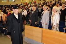 Více než sto absolventů Univerzity třetího věku Ekonomické fakulty VŠB-TUO v úterý převzalo osvědčení o úspěšném studiu.