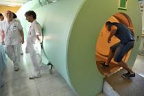 NIC PRO KLAUSTROFOBIKY. Obavy z uzavřených prostor jsou při léčbě v hyperbarické komoře podle primáře Hájka dost častý jev. I to se však dá řešit.