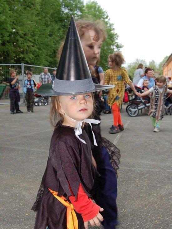 Mateřská škola Na Pískách zorganizovala tradiční Pálení čarodějnic. Do masek nejroztodivnějších příšer se navlékly děti, ale i někteří dospělí.
