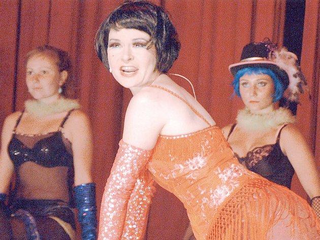 SLAVNÝ MUZIKÁL.. Kateřina Vainarová (v popředí) v jedné z hlavních rolí slavného Cabaretu na scéně Divadla Jiřího Myrona.