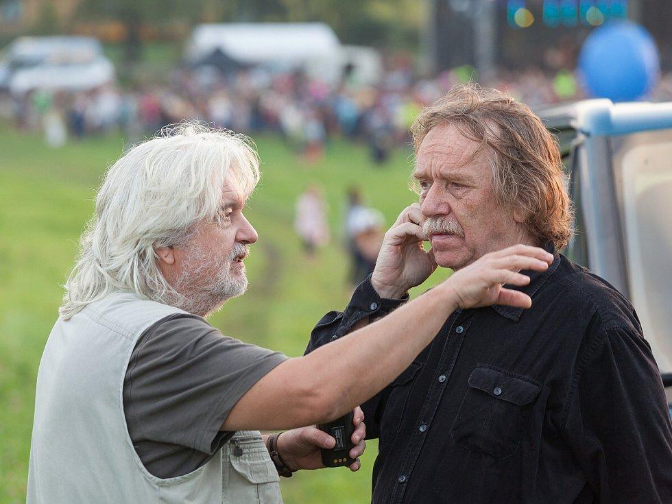 Snímek z natáčení filmu Muzzikanti. Vlevo Dušan Rapoš, vpravo Jaromír Nohavica.