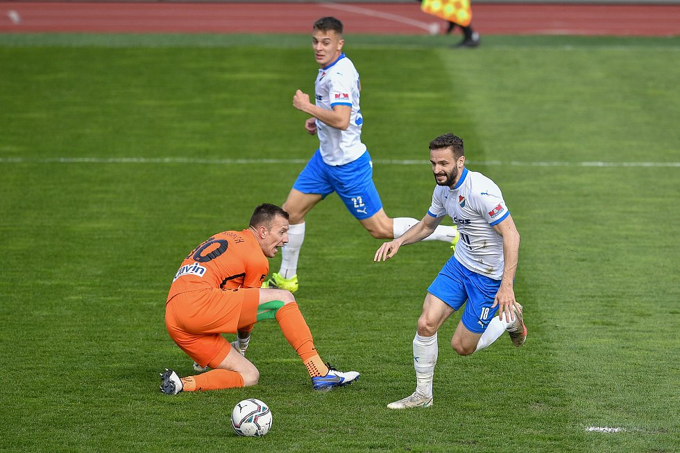 Utkání 26. kolo první fotbalové ligy: FC Baník Ostrava – SFC Opava, 10. dubna 2021 v Ostravě. (zleva) brankář Opavy Vilém Fendrich a Tomáš Zajíc z Ostravy.