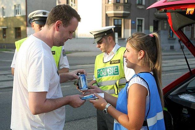 Preventivní dopravně-bezpečnostní akci zorganizovali v pátek večer ostravští policisté. Na výpadovkách z centra města si počíhali na řidiče, u kterých zjišťovali, zda před jízdou nepili alkohol nebo neužili jiné návykové látky.
