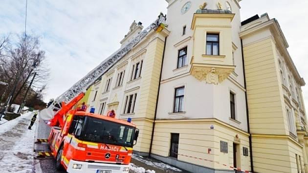 Sníh ze střechy shodili hasiči.