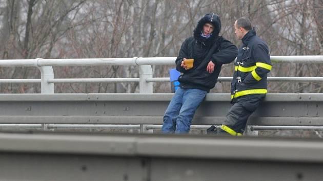 Zoufalý muž si nakonec skok z mostu v Ostravě-Svinově rozmyslel.