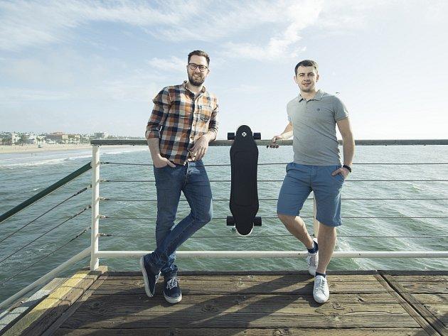V ostravském Impact Hubu se zrodil fenomén budoucnosti. Miroslav Peřina (vlevo) a Daniel Grebner (vpravo) vyvinuli unikátní skateboard s umělou inteligencí, která vyhledává ideální trasu.