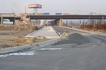 Ze Svinovských mostů k nádraží se mělo původně procházet přes vybudované plato. To ale nikdy nesloužilo svému účelu.