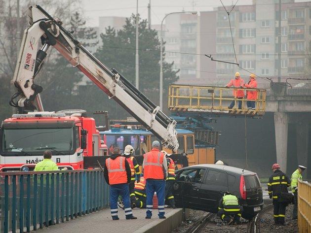 Zásah hasičů u nehody automobilu v kolejišti.
