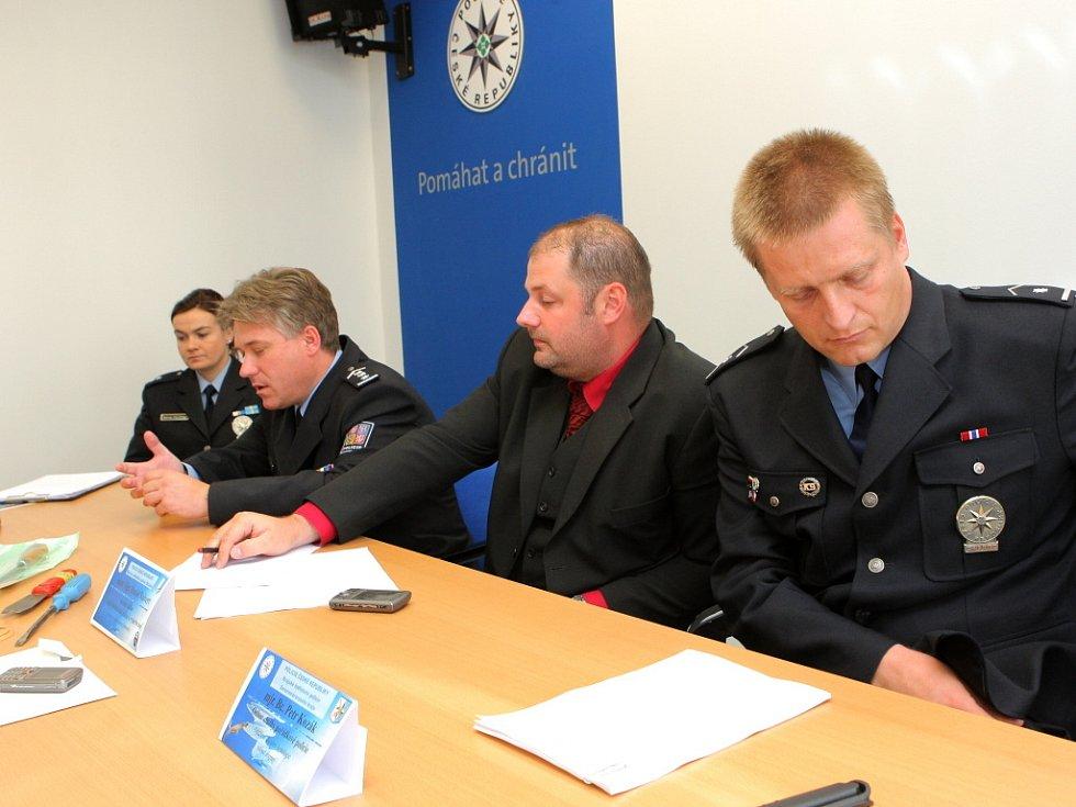 Policisté na tiskové konferenci