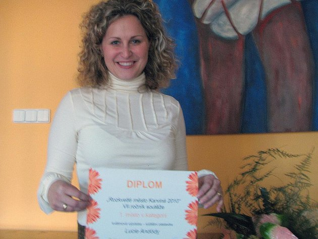 S velkou radostí si minulou středu převzala cenu za nejhezčí výzdobu v soutěži Rozkvetlé město, kterou každoročně vyhlašuje město Karviná, devětadvacetiletá Lucie Andódy.