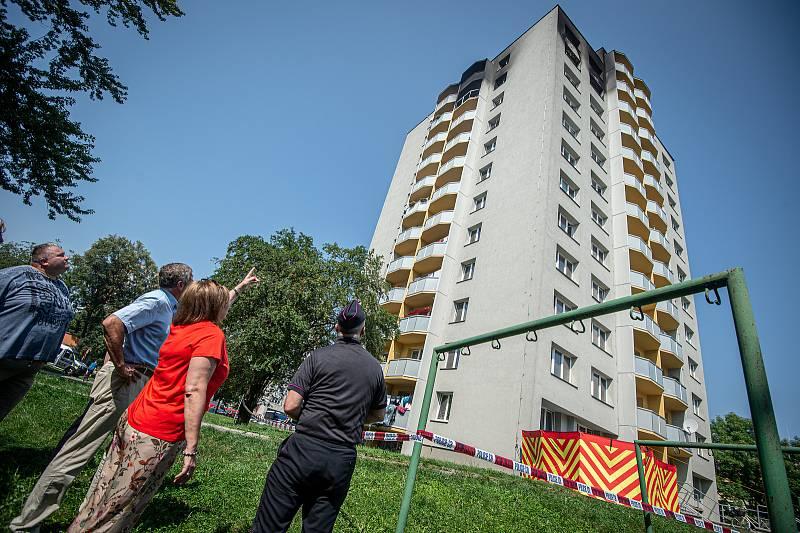 Panelový dům, ve kterém v sobotu 8. srpna při požáru bytu v jedenáctém patře zahynulo 11 lidí, 9. srpna 2020 v Bohumíně.