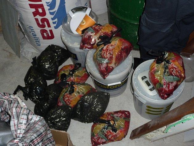 Celníci v garáži kromě alkoholu našli také marihuanu ukrytou v plastových sudech.