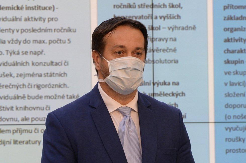 Rastislav Maďar v roušce.