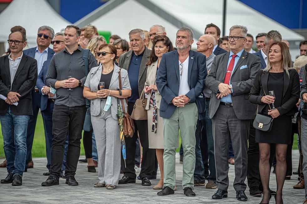 Společnost Magna Energy Storage (MES) otevřela v průmyslové zóně po bývalém černouhelném Dole František továrnu na výrobu vysokoenergetických akumulátorů HE3DA, 17. září 2020 v Horní Suché.