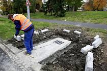 Hornopolní ulice v Ostravě už je téměř u konce. Krátce po položení vozovky a zabetonování okolních kanálů už se tady ale zase kope.