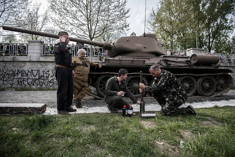 Historická ukázka osvobozovacích bojů v Ostravě na břehu řeky Ostravice u příležitosti oslav 70. výročí osvobození města.