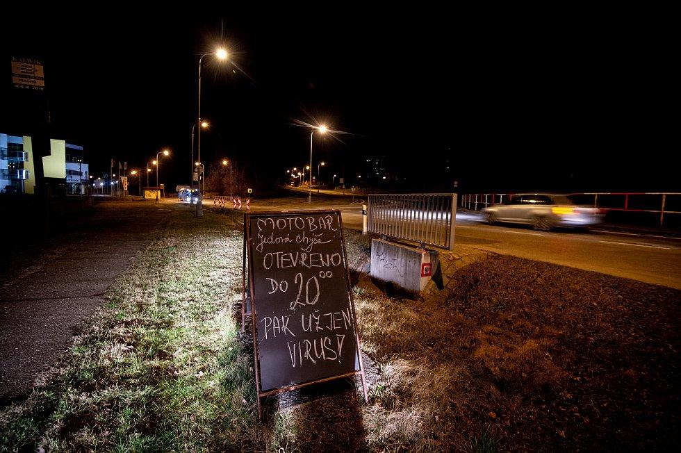 Informační cedule pro hosty motobaru Jedová chýše 13. března 2020 v Ostravě-Porubě. Vláda ČR vyhlásila dne 12. března 2020 stav nouze a rozhodla, že všechny restaurace a hospody budou kvůli koronavirovým opatřením uzavřeny ve 20:00.
