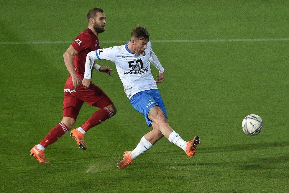 Utkání 13. kola první fotbalové ligy: FC Baník Ostrava - Sigma Olomouc, 18. prosince 2020 v Ostravě. (Zleva) Martin Sladký z Olomouce a Ondřej Šašinka z Ostravy.