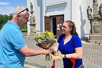 U Šikmého kostela převzala gratulaci Tereza Ondruszová z farnosti Karviná. Na snímku s náměstkem Janem Krkoškou. Červen 2021.