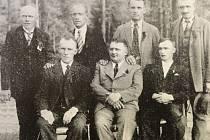 Jednou z nejsilnějších politických stran v obci v odobí 1. republiky byla Československá sociálně demokratická strana dělnická. Na snímku jsou členové výboru strany ve 30. letec, mimo jiné František a Julian Kozelští, Antonín Klapuch a František Kotala.