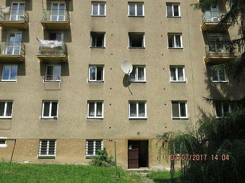 Tři jednotky hasičů zasahovaly v neděli odpoledne v pětipatrovém bytovém domě v Porubě u požáru kuchyně.