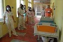 Personál infekční kliniky Fakultní nemocnice v Ostravě, vpředu zástupkyně přednosty Lenka Petroušová.