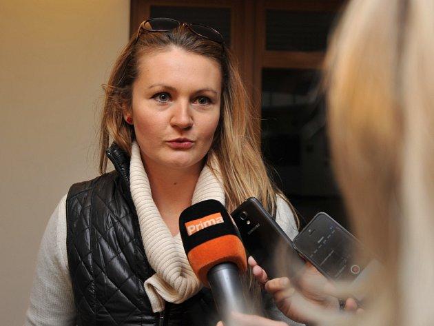 Ostravská herečka Lada Bělašková na chodbě soudu.