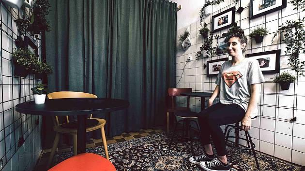"""Hanka patří k """"netradičním baristům"""" obsluhujícím v podniku To místo v centru Ostravy, kde ve středu 16. září 2020 otevřeli rozšířené prostory pro hosty."""