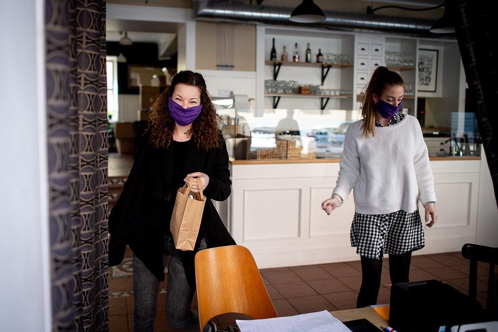 Ostrava v celostátní karanténě, 17. března 2020. Vláda ČR vyhlásila dne 15.3.2020 celostátní karanténu kvůli zamezení šíření novému koronavirové onemocnění (COVID-19). La Petite Conversation vydává jídlo přes okénko.